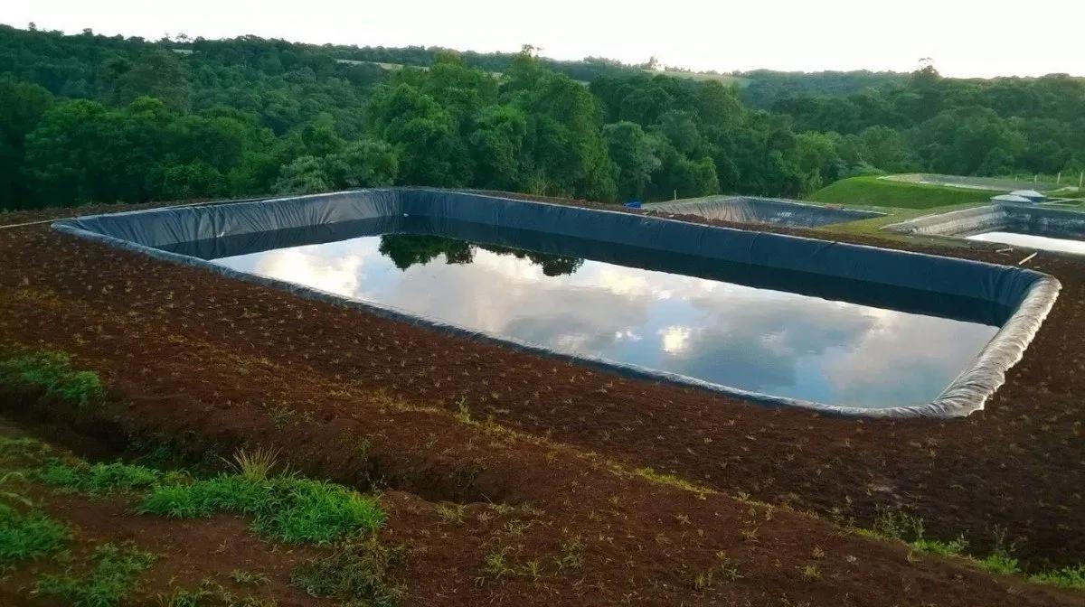 Como revestir um a ude com lona para tanque de peixe escavado for Piscicultura en tanques plasticos